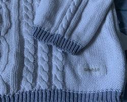 Off-white finstickad tröja med ljusgrå detaljer från Newbie stl 104
