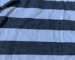 Vit- och mörkgrårandig tröja med farfarsknäppning från Newbie stl 110