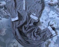 Vit- och mörkblårandig pyjamas från Newbie stl 92