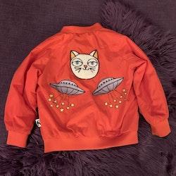 Röd jacka med katt- och ufoapplikationer från Mini Rodini stl 92/98