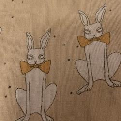 Beige body med vita kaniner och orangea rosetter från Mini Rodini stl 80/86