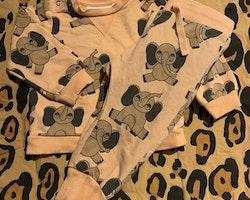 Persikofärgat collegeset med ljusbruna elefanter från Mini Rodini stl 56/62
