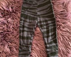 Mörklila leggings med svarta tigerränder från Mini Rodini stl 68/74