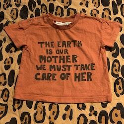 Terracottarosa t-shirt med svart texttryck från Mini Rodini stl 68/74