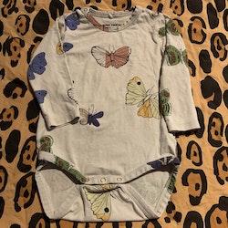 Ljusgrå body med färgglada fjärilar från Mini Rodini stl 68/74