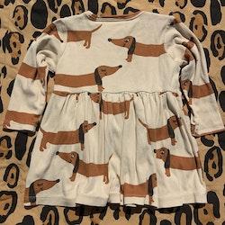 Beige klänning med bruna taxar från Mini Rodini stl 68/74