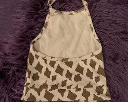 Beige halterneck linne med bruna giraffläckar från Mini Rodini stl 104/110