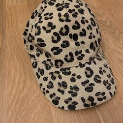 Leopardmönstrad keps från Mini Rodini stl 44/46