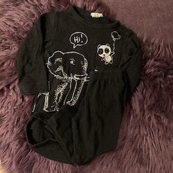 Svarta leggings och body med vitt elefant- och pandatryck från Basic U & Kaxs stl 74