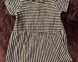 Vit- och mörkblårandig kortärmad klänning från Minimarket stl 74/80