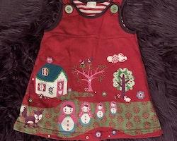 Röd hängselklänning med lila kantband, söta gröna knappar och ett färgglatt retrotryck med bl.a Matryoshkadockor från Lindex stl 74