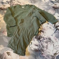 4 delat paket i gröna toner med en stickad tröja, en collegetröja och två par leggings i stl 74 + 80