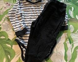 Vit body med svarta ränder och muddar samt ett par svarta collegebyxor från Kaxs & Basic U stl 80