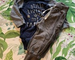 Mörkblå body med randiga ärmar och texttryck samt ett par bruna mjukisbyxor från Lindex stl 80