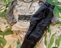 Vit och grå tröjbody med texttryck och ett par mörkgrå mjukisbyxor från Lindex stl 80