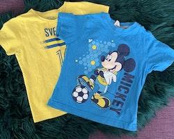 En gul och blå Sverige t-shirt och en blå , gul och vit t-shirt med Musse Pigg från Stadium & Disney stl 86/92