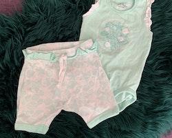 Mintgrön och vit ärmlös body och matchande shorts, båda med volanger och marina mönster från Ellos stl 74