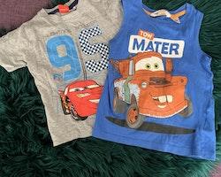 En grå t-shirt och ett blått linne med tryck från Disney's Cars/Bilar stl 86/92