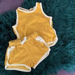 Linne och shorts set i gul frotté med vita kantband från Lindex stl 74
