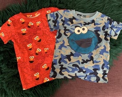 Två t-shirts med Mupparna/Sesame Street i rött och blått från NeXT stl 86