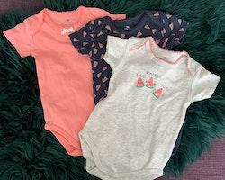 3 delat paket med kortärmade bodies i ljusrosa, mörkblått och grått med vattenmelonmönster från La Redoute stl 74