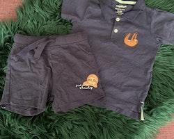 Mörkblått set med piké och shorts prydda med sengångare från Lupilu stl 86/92