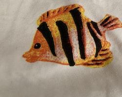Tredelat set med kortärmad body, shorts och mössa i vitt med färgglada tropiska fiskar från HM stl 56