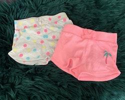 Två par shorts i grått med färgglada prickar och rosa med en palm från Primark stl 74