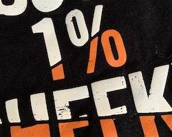 Svart t-shirt med vit nederkant och orange/vitt texttryck från Primark stl 86