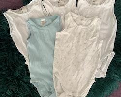 5 delat paket med ärmlösa bodies i vitt och ljusblått från HM stl 74