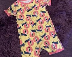 Gul kortärmad och kortbent romper/jumpsuit med rosa kantband och lejon motiv från PoP stl 98/104