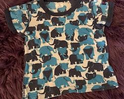 Ljusgrå t-shirtmed mörkblå kantband och elefanter i olika blå nyanser från PoP stl 98