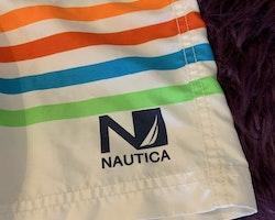 Badshorts i vitt med flerfärgade ränder från Nautica stl 4 år (104)