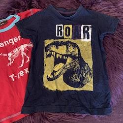 Två t-shirts med dinosauriemotiv från Maxomorra och Åhléns i stl 98/104