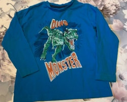 Blå tröja med dinosaurie- och texttryck från Åhléns stl 98/104