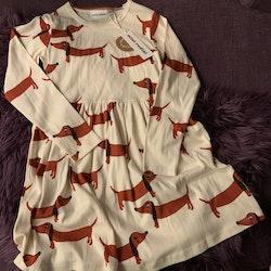 Gräddvit klänning med röda taxar från Mini Rodini stl 128/134