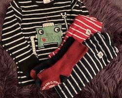5 delat mestadels randigt paket i mörkblått och rött bestående av två par leggings, en tröja och två par strumpor från PoP stl 92 + 22/24