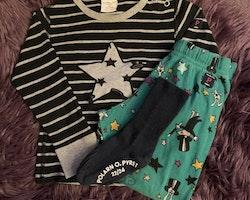 3 delat paket med tröja, byxor och strumpor i grönt, svart och vitt med stjärnor och trolleri från PoP stl 92 + 22/24