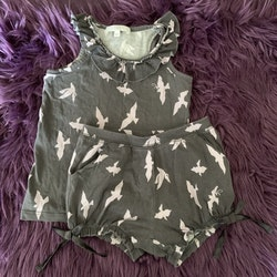 Grålila linne och shorts med ljusrosa fåglar, volanger och sidenrosetter från Livly stl 2 år