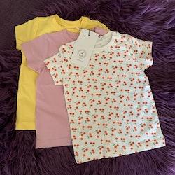 3 delat paket med t-shirts i gult, rosa och vitt med körsbär från Name It stl 68