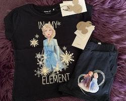 Mörkblå t-shirt och shorts med tryck ur filmen Frost/Frozen II från Name It stl 92