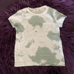 Vit t-shirt med grönt kartmönster och en liten bröstficka från Newbie stl 92