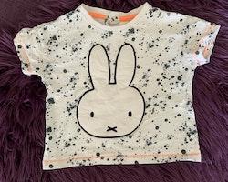 Vit t-shirt med mörkgrått färgstänk och Miffy samt ett par mörkgrå shorts med texttryck från Nijntje Miffy och C&A stl 86
