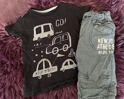 Mörkblå t-shirt med ljusblå bilar och mörkblå shorts med vitt mönster och text från NeXT & HM stl 92