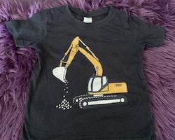 Mörkgrå t-shirt med grävskopa och ett par denimshorts från Lindex stl 92