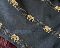 Sidenset i mörkblått och gult med elefanter från Thailand stl 2 år
