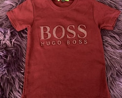 Vinröd t-shirt med 3d text stl 92
