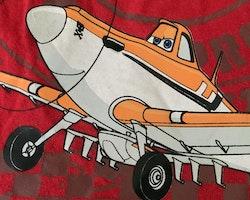 Röd t-shirt och mörkblå shortsmed vita, röda och mörkblå detaljer och tryck ur filmen Planes från Disney stl 98