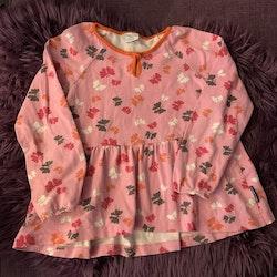 Två tunikor/klänningar i rosa med fjärilar och turkost med blommor, bär och insekter från PoP stl 110/116