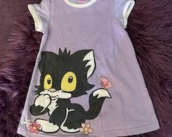 Ljuslila kortärmad klänning med katten Jansson från Lindex stl 104